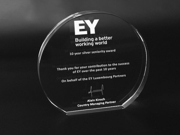 trophée en verre demi lune personnalisé avec gravure laser 3d