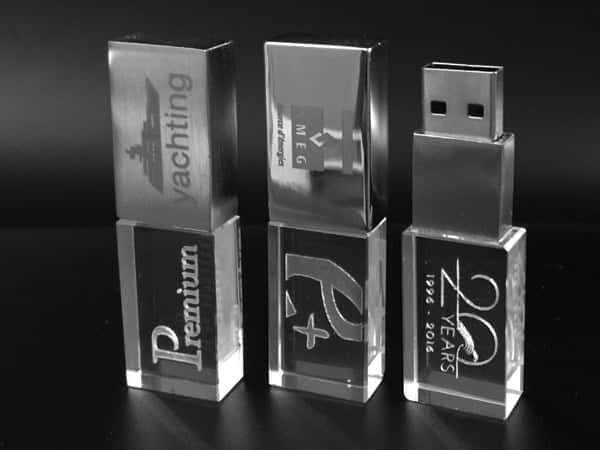 clé usb en verre et métal avec gravure logo