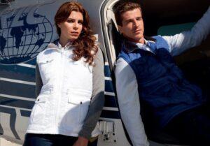 Un homme et une femme vêtus de gilets personnalisables